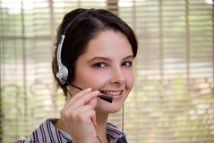 Junge Frau mit dem Kopfhörerschauen Lizenzfreies Stockfoto