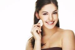 Junge Frau mit dem kosmetischen Blumenblatt Stockbilder