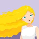 Junge Frau mit dem langen gelockten blonden Haar Lizenzfreies Stockfoto