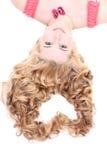 Junge Frau mit dem langen gelockten Haar, das in Form von Innerem liegt Stockbilder