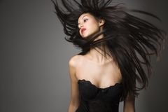 Junge Frau mit dem langen Haar lizenzfreie stockfotografie