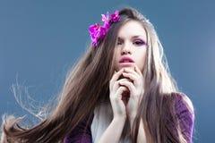 Junge Frau mit dem langen Haar Stockfotos