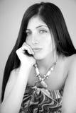 Junge Frau mit dem langen Haar gebohrt und traurig Stockfotografie