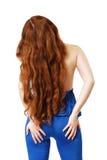 Junge Frau mit dem langen roten Haar wellenartig bewogen lizenzfreie stockfotografie