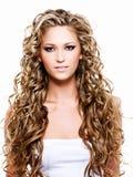 Junge Frau mit dem langen schönen Haar Stockfotografie