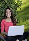 Junge Frau mit dem Laptop lizenzfreies stockbild