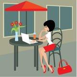 Junge Frau mit dem Laptop im Kaffee Lizenzfreie Stockbilder