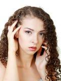 Junge Frau mit dem lockigen Haar stockfotos