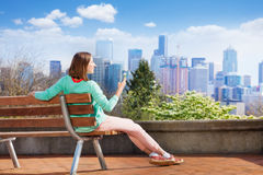 Junge Frau mit dem Mobiltelefon und Seattle im Stadtzentrum gelegen Stockfoto