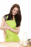 Junge Frau mit dem Rollenstift, der Mehl Teig hinzufügt Lizenzfreie Stockfotos