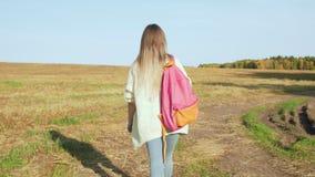 Junge Frau mit dem rosa Rucksackgehen stock footage