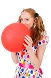 Junge Frau mit dem roten Ballon lokalisiert Lizenzfreie Stockfotos