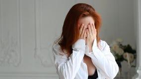 Junge Frau mit dem roten Haar in einem Zustand von negativen Gefühlen stock footage