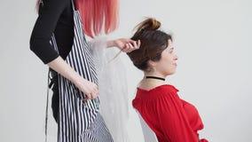 Junge Frau mit dem roten Haarschnitthaar zur Frau am Friseur stock video footage
