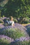 Junge Frau mit dem Rucksack, der auf dem Lavendelgebiet, Isparta, die Türkei steht Stockfoto