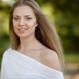 Junge Frau mit dem schönen gesunden Gesicht - im Freien Stockfoto