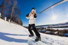 Junge Frau mit dem Snowboard, der ein selfie schießt Stockfoto
