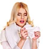 Junge Frau mit dem Taschentuch, das Kälte hat. Lizenzfreie Stockfotos