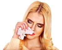 Junge Frau mit dem Taschentuch, das Kälte hat. Stockfotos