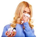 Junge Frau mit dem Taschentuch, das Kälte hat. Lizenzfreies Stockfoto