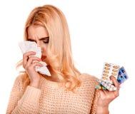 Junge Frau mit dem Taschentuch, das Kälte hat Stockfotos