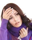 Junge Frau mit dem Taschentuch, das Kälte hat. Stockfotografie