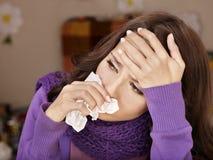 Junge Frau mit dem Taschentuch, das Kälte hat. Lizenzfreie Stockfotografie