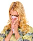 Junge Frau mit dem Taschentuch, das Kälte hat Stockbild