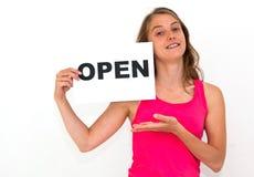 Junge Frau mit dem Vorstand GEÖFFNET stockfoto