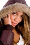 Junge Frau mit dem Wintermantel, der Kamera betrachtet Lizenzfreie Stockfotografie
