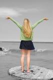 Junge Frau mit den Armen streckte aus Lizenzfreies Stockfoto