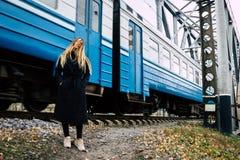 Junge Frau mit den blonden geraden langen Haaren in der Bewegung stockfotos