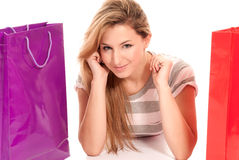 Junge Frau mit den Einkaufenbeuteln, die auf Fußboden liegen Lizenzfreie Stockbilder