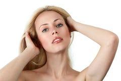 Junge Frau mit den Händen im Haar Stockfoto