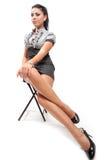 Junge Frau mit den reizvollen langen Fahrwerkbeinen Stockfoto