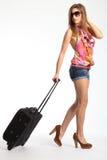 Junge Frau mit den reizvollen langen Fahrwerkbeinen, die am Feiertag gehen Stockfotografie