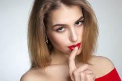 Junge Frau mit den roten Lippen im Studio Lizenzfreie Stockbilder