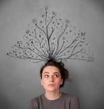 Junge Frau mit den verwirrten Linien, die aus ihren Kopf herauskommen Stockfotos