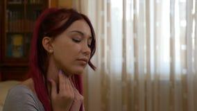Junge Frau mit der Grippekrankheit, die ihre Halsschmerzen weil das Schmerzunbehagen und die medizinischen Symptome ergreift stock footage