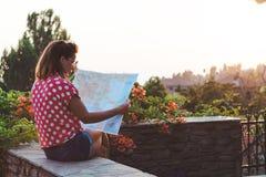 Junge Frau mit der Karte Lizenzfreies Stockfoto