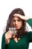 Junge Frau mit der Migräne, Pillen anhalten Lizenzfreie Stockfotos