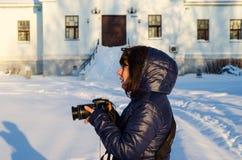 Junge Frau mit der modernen Digitalkamera Lizenzfreie Stockfotografie