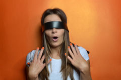 Junge Frau mit der schwarzen Augenbinde stockfoto