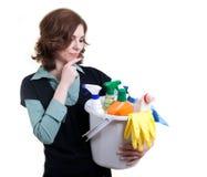 Junge Frau mit der Wanne voll vom Reinigungspuder Stockfotografie