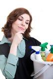 Junge Frau mit der Wanne voll vom Reinigungspuder Stockfoto