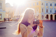 Junge Frau mit der Weinlesekamera im Freien Lizenzfreie Stockfotos