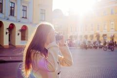 Junge Frau mit der Weinlesekamera im Freien Stockfotos