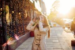 Junge Frau mit der Weinlesekamera im Freien Stockfoto