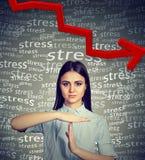 Junge Frau mit der Zeit Handzeichen heraus erbitten, um Druckniveau zu verringern Lizenzfreies Stockfoto