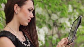 Junge Frau mit digitaler Tablette stock video